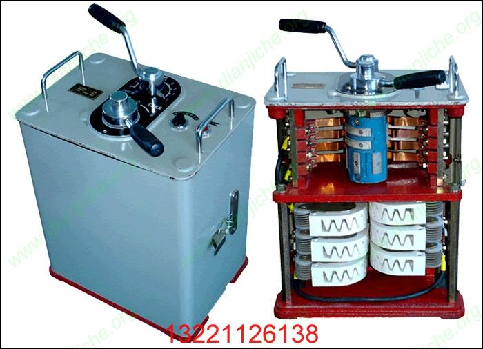 QKT27-100/250矿用一般型司机控制器 QKT27-2矿用一般型司机控制器  适用范围及工作条件: QKT27-100/250矿用一般型司机控制器(老型号QKT27-2/2TH)用于3吨架线式电阻调速机车,作为机车起动调速、停车、反向之用。其中QKT27-2为一般型、QKT27-2TH为温热型。 本司机控制器适用于下列工作环境: 1、 海拔不超过1200M(超过时与用户协商)。 2、 环境温度为-20-+40(月平均温度为+25时)。 3、 周围空气相对湿度不超过90%。 4、 无可燃性气体和